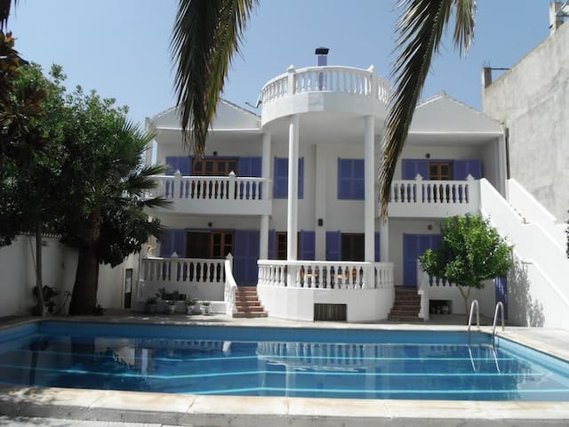 Big house with pool access & Wifi
