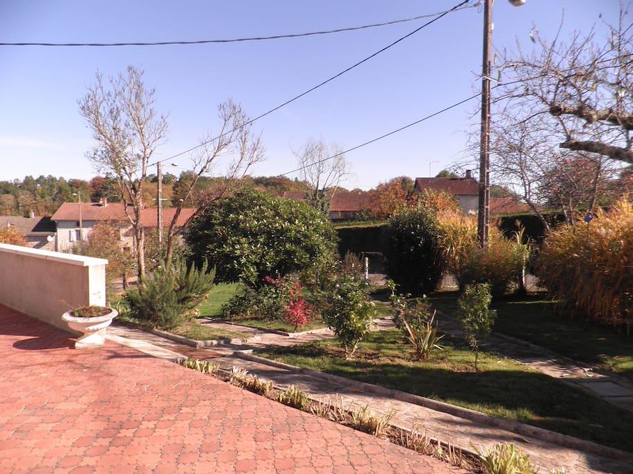 une vue sur jardin  terrasse  au soleil