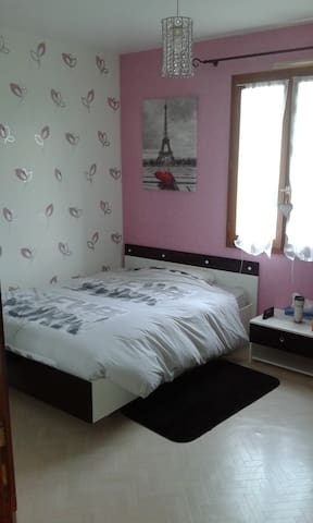 Chambre dans belle maison individuelle au calme. - Artigues-près-Bordeaux - Hus