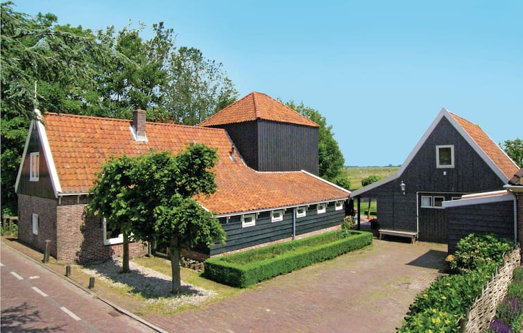 Holiday cottage with 5 bedrooms on 210 m² in Grootschermer
