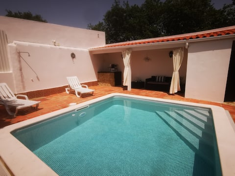 Casinha de campo com piscina.