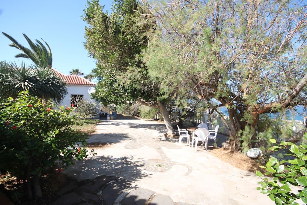 Zona exterior del jardín de la casita.