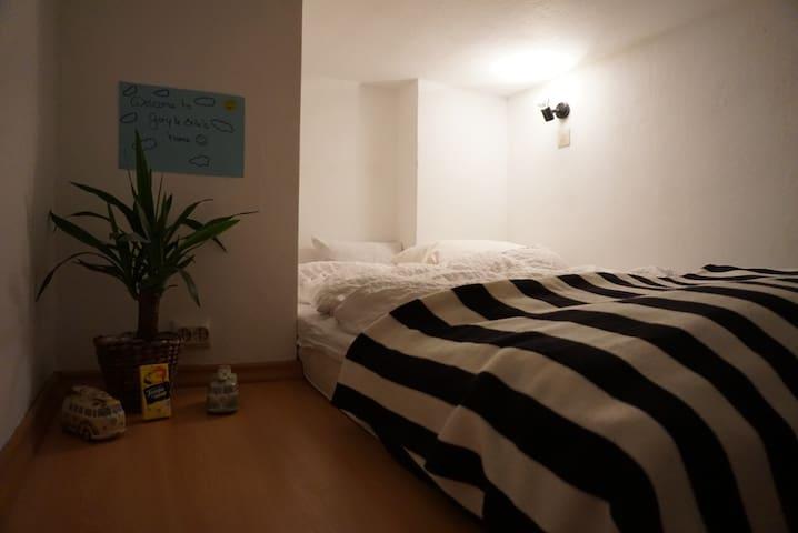 Kleines gemütliches Zimmer in drei Zimmer Wohnung