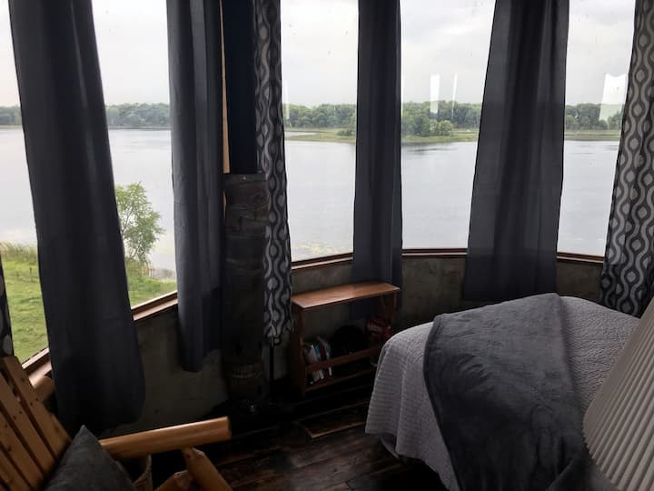Farm Stay. The Silo! 600 acres. Lake. Woods.