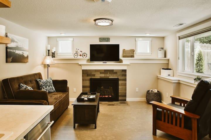 Living Room - gas fireplace - Roku TV - lift top coffee table