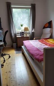 Ruhiges schönes Zimmer mit Blick auf grüne Bäume - Ольденбург