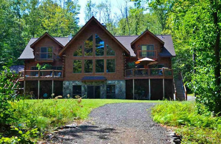 Lakefront log home w/dock on Swinging Bridge Lake