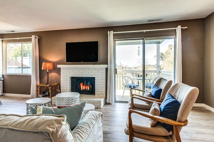 Cozy home with gas fireplace and furnished balcony close to beach and boardwalk