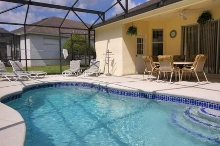 8 guests - 4 bedrooms Pool Home with Game Room - Davenport