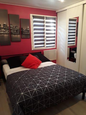 Chambre lit double grands rangements