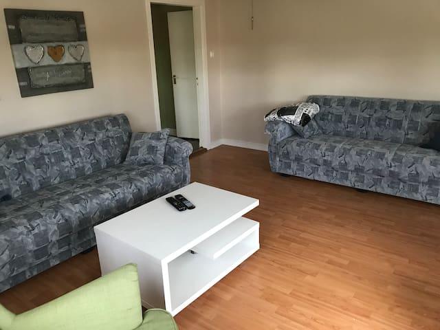 Vardagsrummet med 2 st bäddsoffor 1.20 breda, 2 st fåtöljer att sitta i och en TV. Det finns sängplatser för 8-12 beroende på hur man kan sova. Vissa bäddar kan man sov 2st i.
