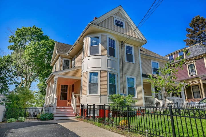 Luxurious and sunny home near Harvard and Tufts