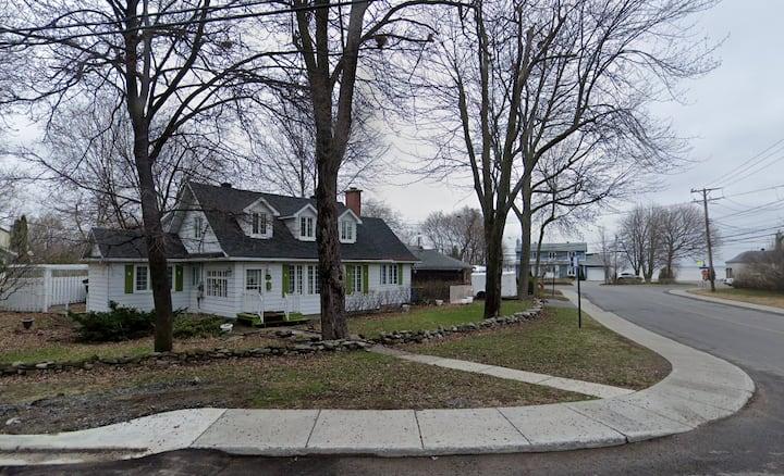 Belle grande et spacieuse maison à Pointe-Claire.