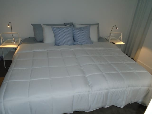 King Bed w/Netflix near UofChic, Train & Hyde Park