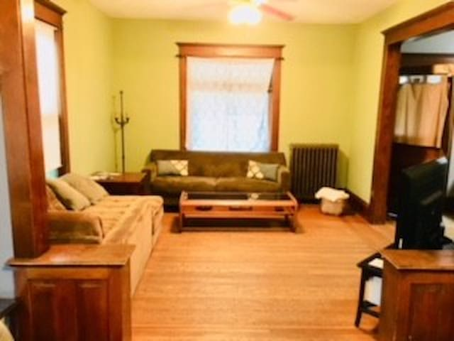 Uptwn sleeps 20 by lakes/stadiums w/ massage chair