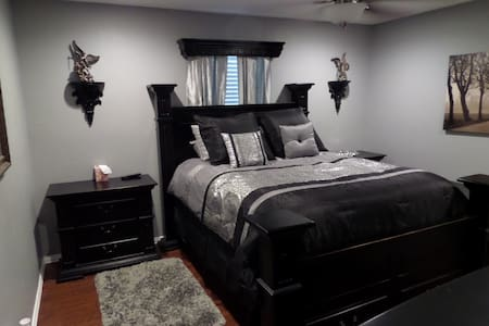 Your home away from home!!! - Bedford - House