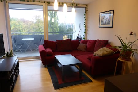 Newly renovated apartment, close to city center (10 min to inner city, 10 min to main railway station, 2 min to next metro station). WLAN and parking included.
