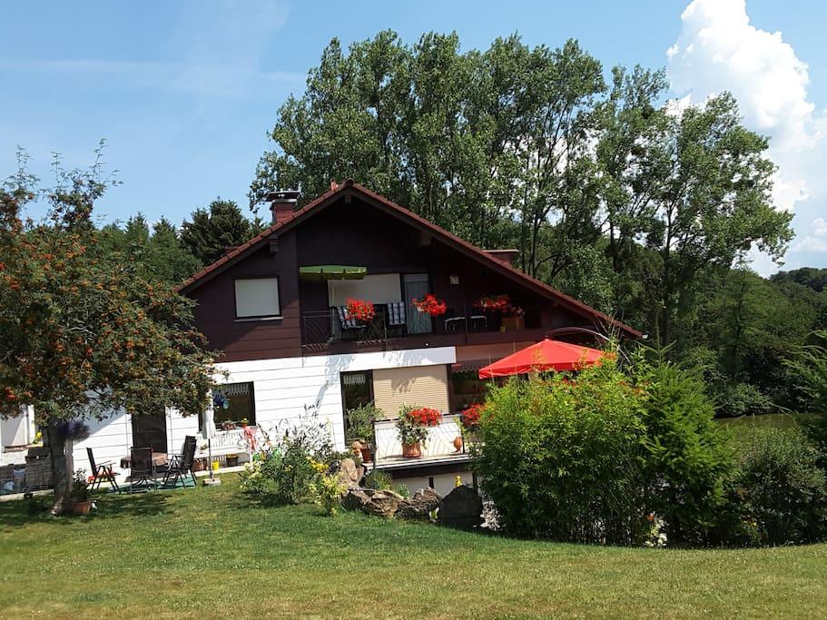 Blick auf Haus/Balkon