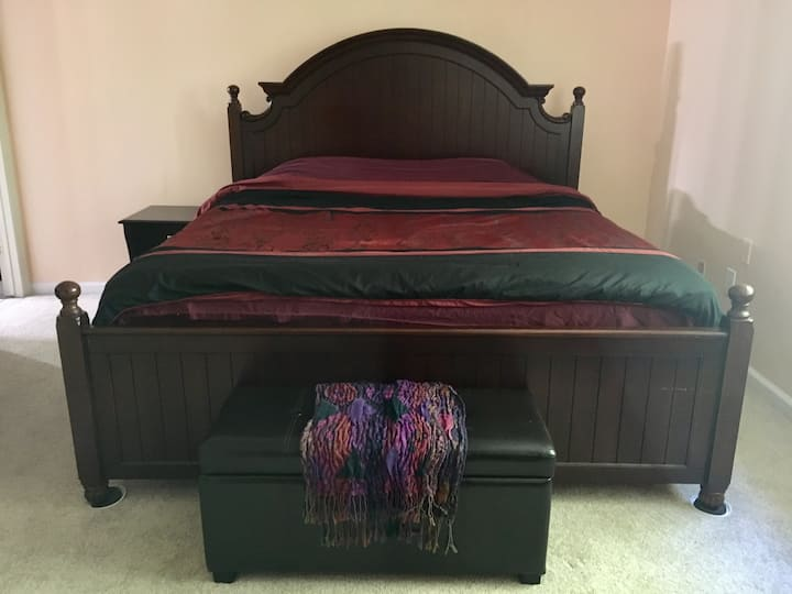 Spacious king suite with private bath/close to BWI