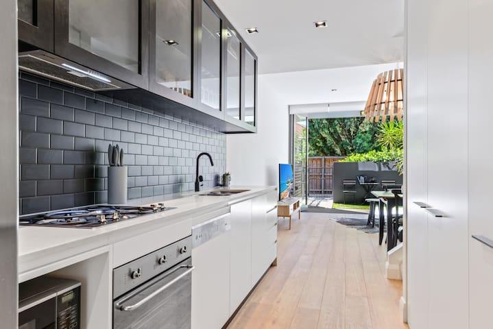 HomeHotel,High-end  3 Bedroom terrace Free parking