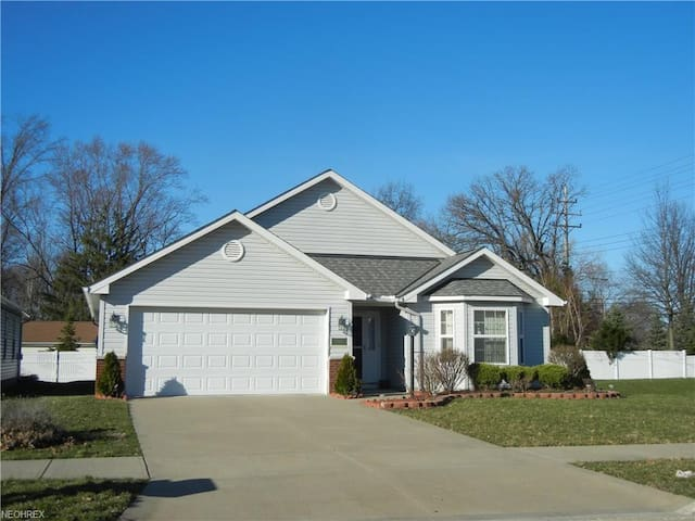 * Entire Home - Cleveland Airport, 3BR, 2 bath