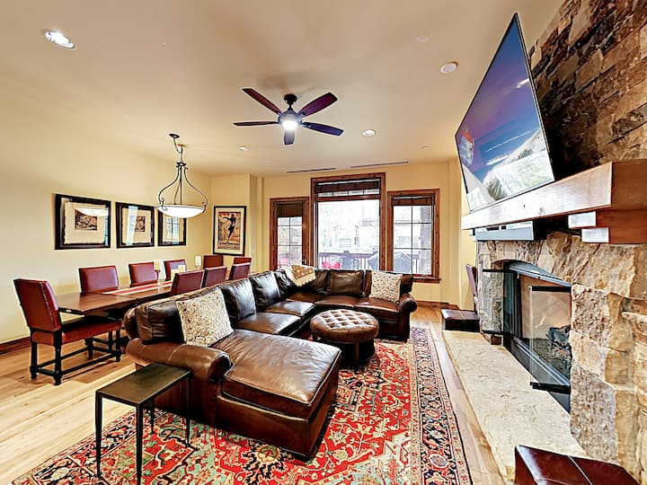 The Valley: Luxe Ski-In/Ski-Out Condo w/ Hot Tubs