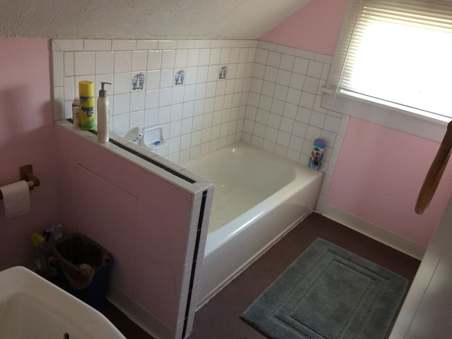 Bathtub spray nozzle no standing shower