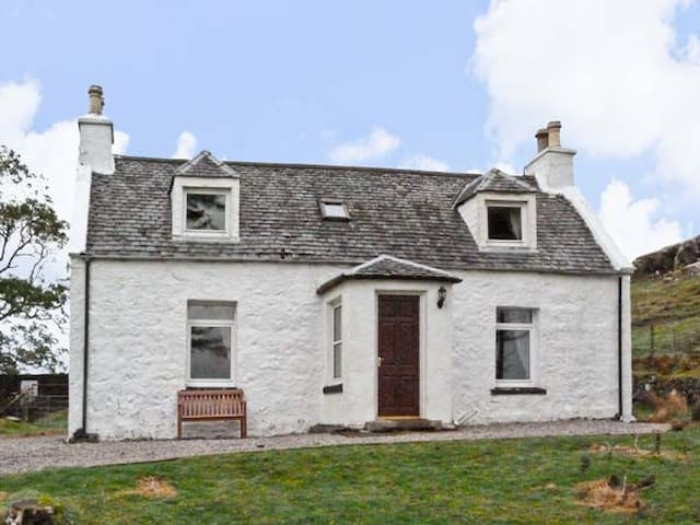 THE GHILLIE'S COTTAGE, family friendly in Dunvegan, Ref 7204