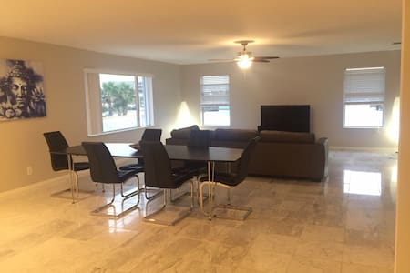 New apartment in front off beach!!! - Indialantic