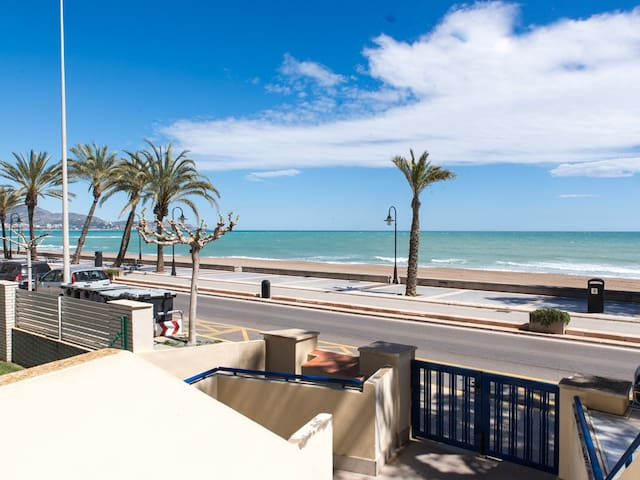 Apartamento con piscina en 1ª línea de playa