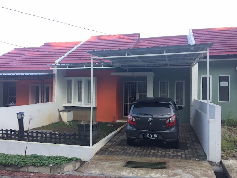 Tampak depan rumah dengan carport untuk 1 mobil