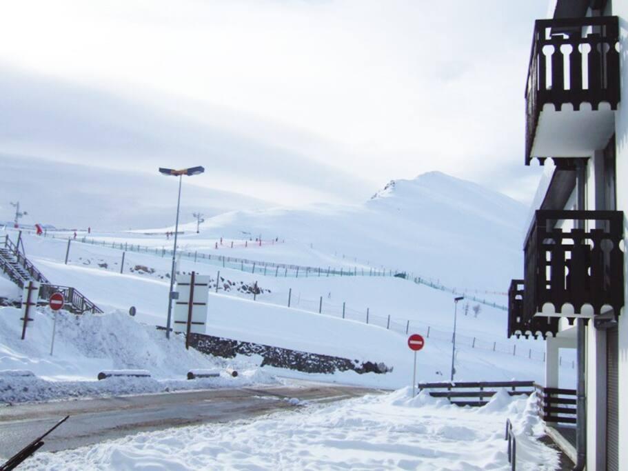 Vue de l'entrée de la résidence à 50 m des pistes/commerces/locations de skis/restaurants