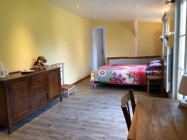 Votre grande chambre + Bureau avec vue sur le jardin