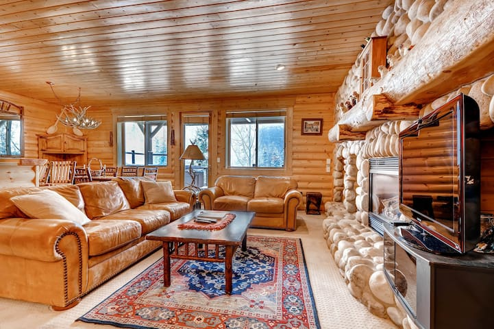 Silver Lake Village retreat w/ private hot tub, ski shuttle, & shared pool