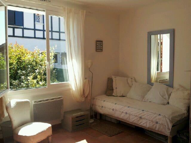 Cute room in my home in Ahetze village - Ahetze - Ev