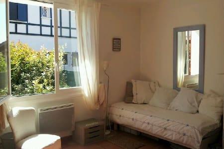 Cute room in my home in Ahetze village - Ahetze - House
