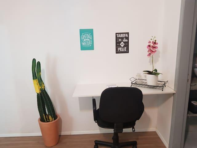Na sala tem  TV a cabo, Wifi/ Net. Sofá confortável Cantinho Home Office Espelho
