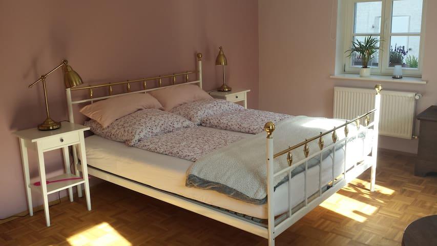Schlafzimmer mit 160er Bett