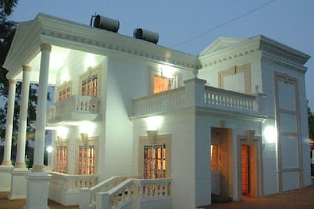 WHITE HOUSE PANCHGANI : 5 Bhk by Hafiz contractor - Bungalow