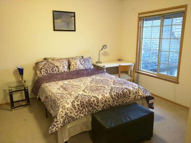 Great location private bedroom/bath - Redmond - Casa