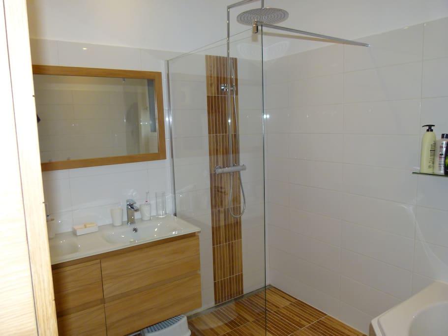 salle de bain (douche à l'italienne et deux vasques)