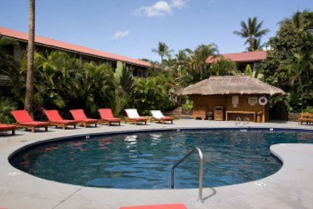 Additional dipping pool with cabanas