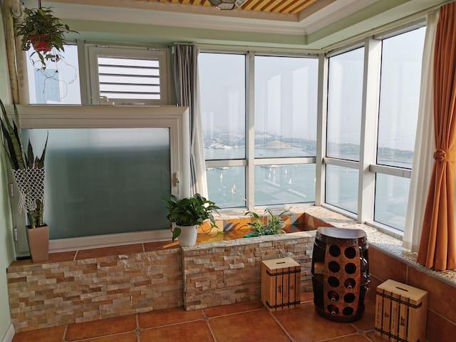 《海景吧~西西里_酒庄》【450米内】灯塔、万平口、海龙湾沙滩浴场、帆船游艇码头