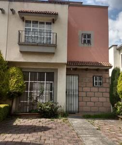 Renta de habitaciones en casa dentro de fracc.