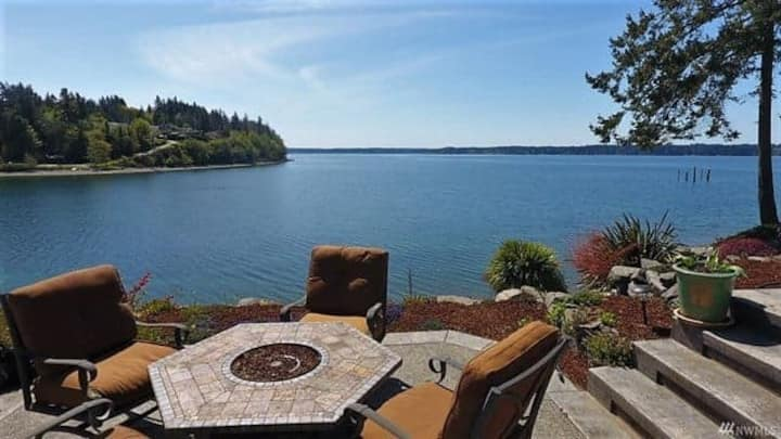 Paradise on the bay! Have a camp fire and  kayak.