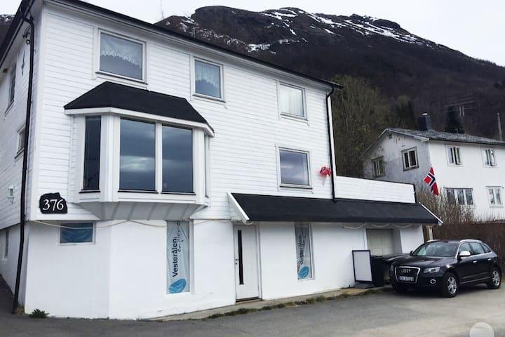 Sigerfjord. Matservering kan avtales. 11 sengepl.