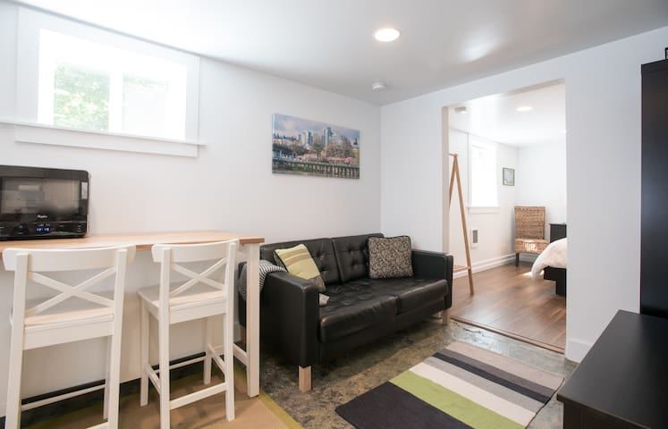 Modern Private Apt: Easy Parking, Walk to Division