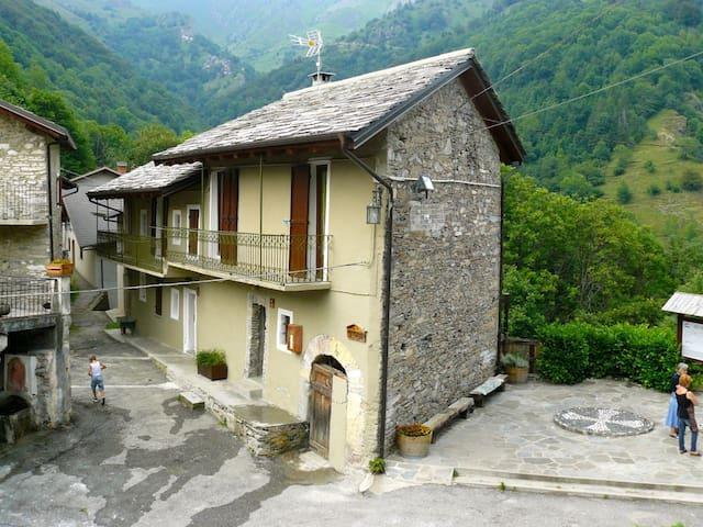 Casa in borgo di montagna con splendida terrazza - Colletto - Casa