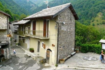 Casa in borgo di montagna con splendida terrazza - Colletto - 独立屋