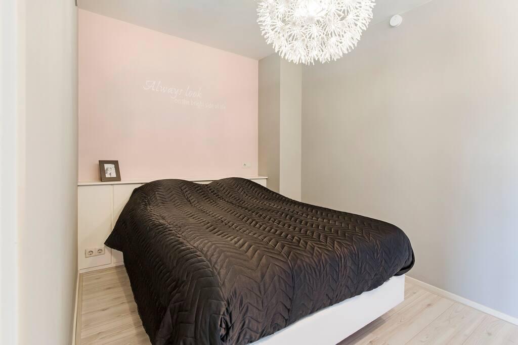 Slaapkamer met winter- en zomerdekbed, beddengoed, hand- en baddoeken, ruime klerenkast, strijkijzer en -plank, CO- en brandmelder, brandblusser, EHBO set
